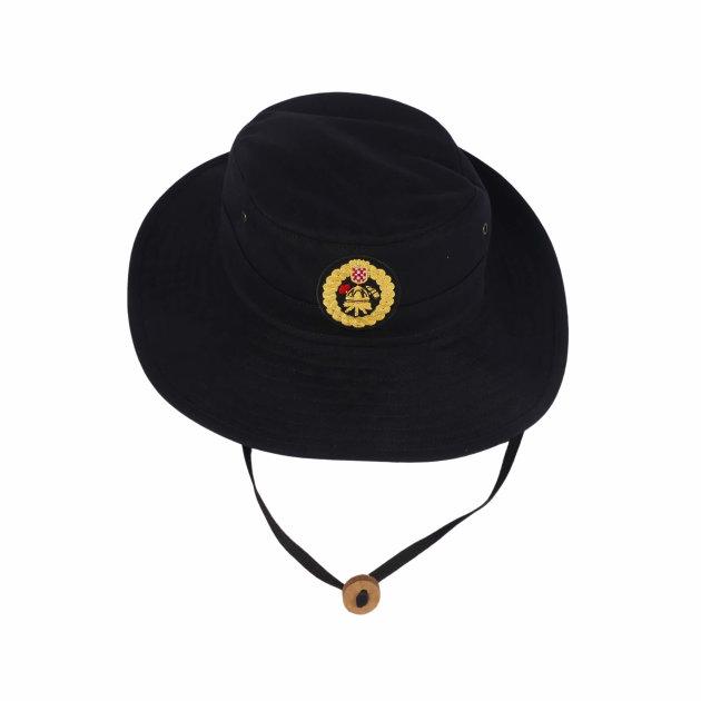 Vatrogasni radni šešir sa strojno izvezenim vatrogasnim amblemom.