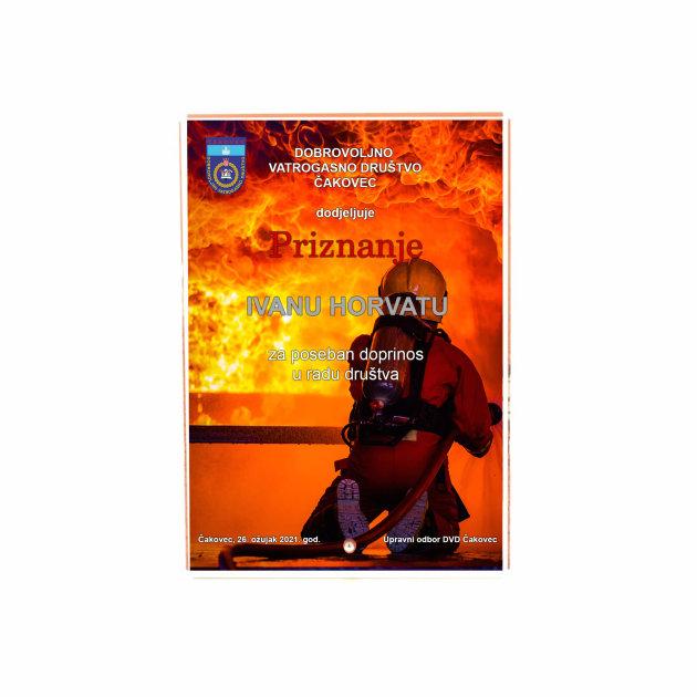Staklena plaketa Lea sa tiskom pozadine i teksta prema želji kupca. Staklena nagrada za sportska i vatrogasna natjecanja, priznanja i diplome.