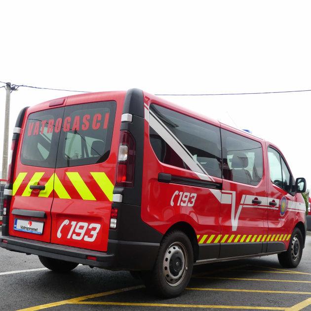 Rabljeno vatrogasno kombi vozilo za prijevoz putnika i vatrogasaca.