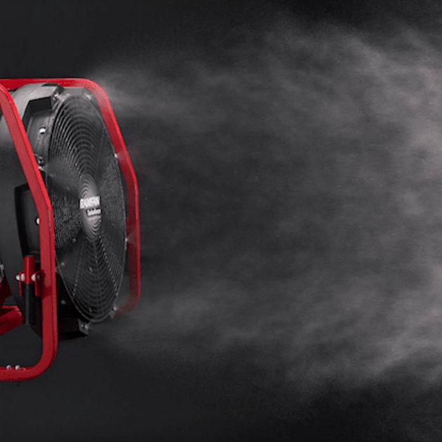 Opcija dodataka za ventilator Ramfan GX400 obuhvaća mlaznice za vodu, čiji mlaz ventilator raspršuje u vodenu maglu.