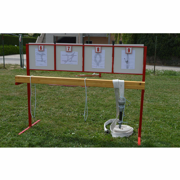 Stalak za vezove sa slikama i brojevima koristi se na vatrogasnom natjecanju mladeži, u vježbi sa preprekama.